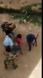 La police kényane bastonne une étudiante impolie