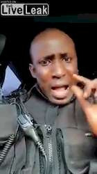 Un policier ougandais zélés s'énerve en saison covidique